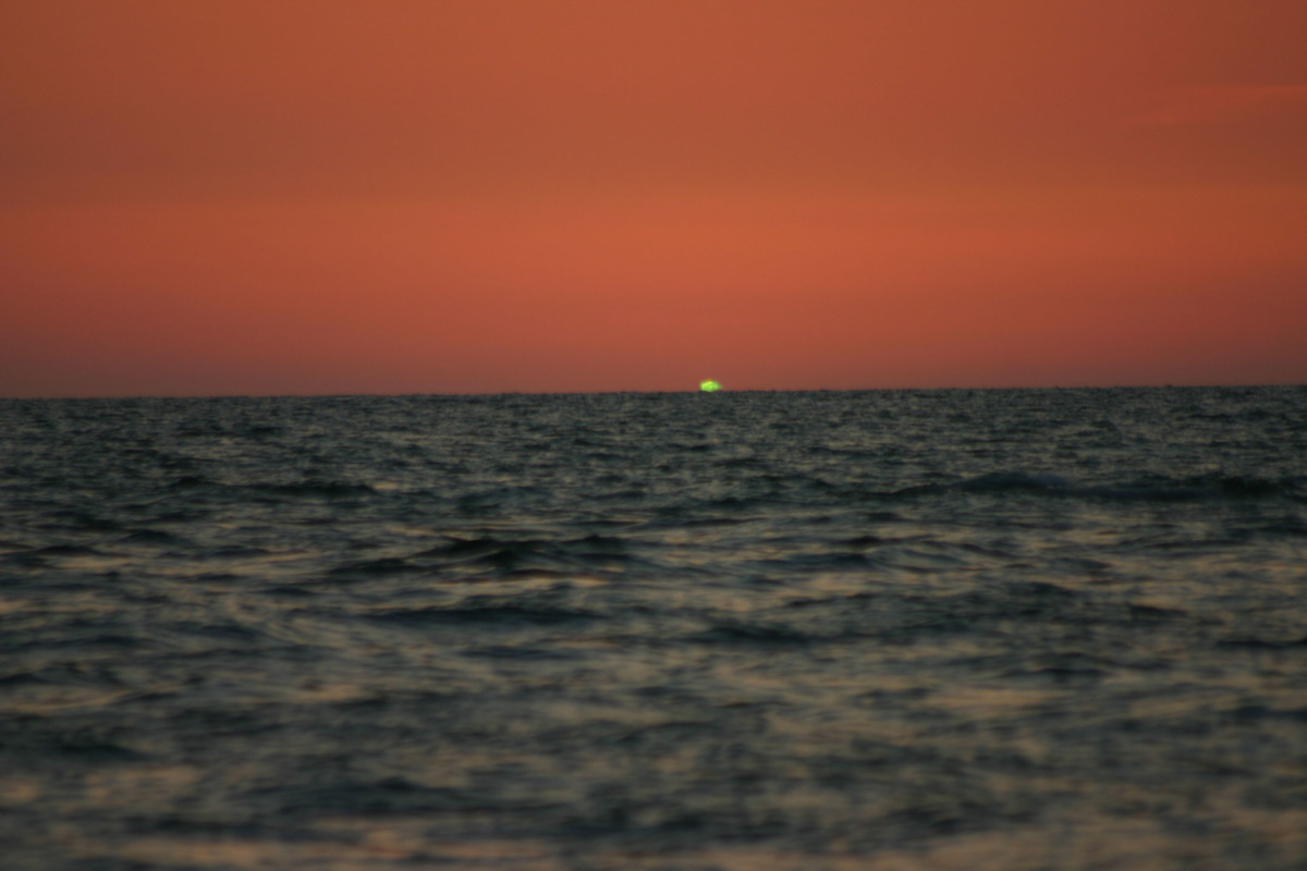 how does a green flash happen