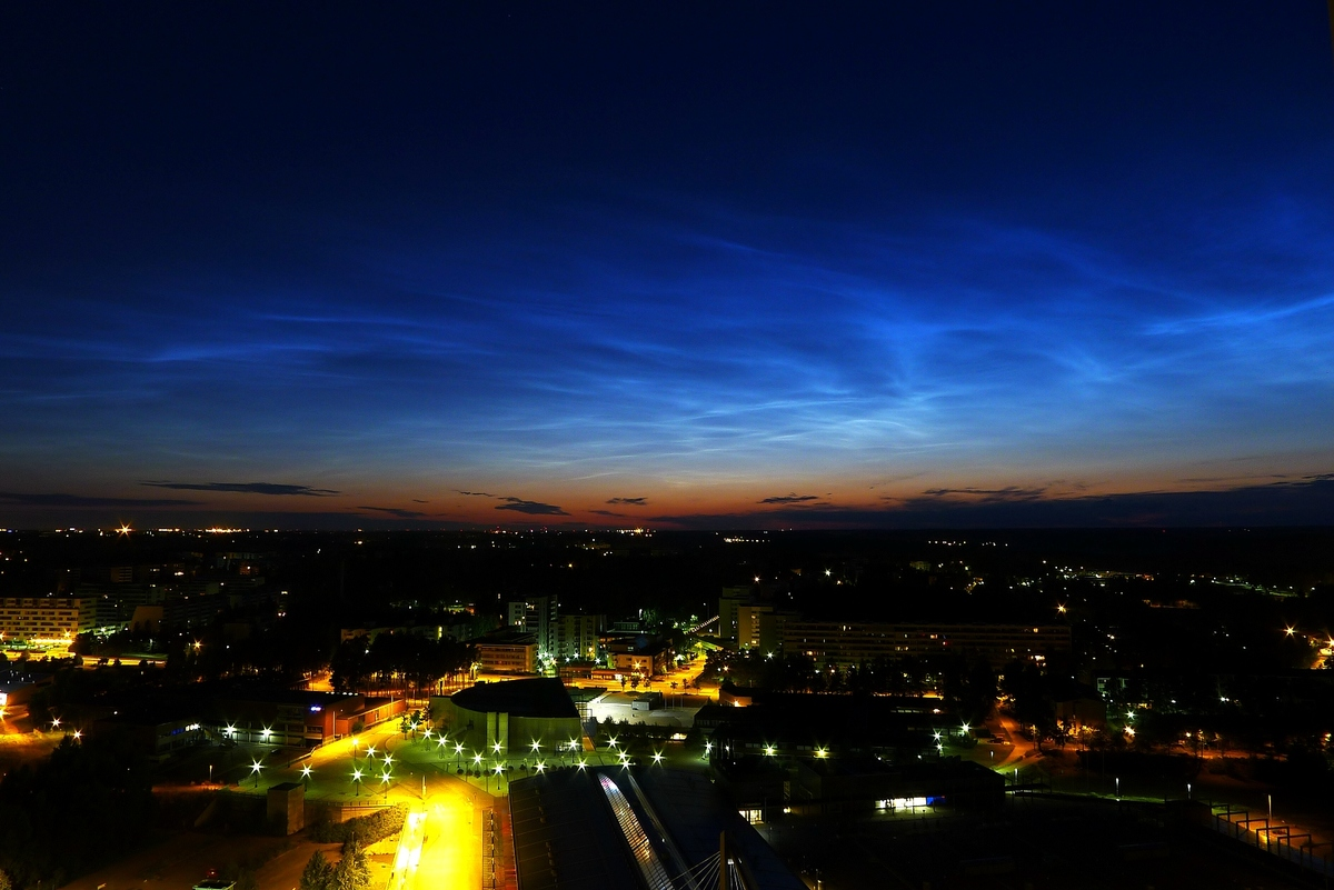 what do noctilucent clouds look like