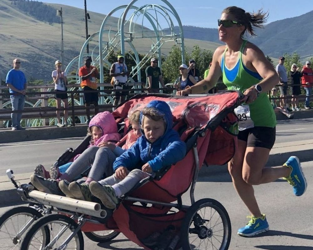 mom running marathon with 3 kids