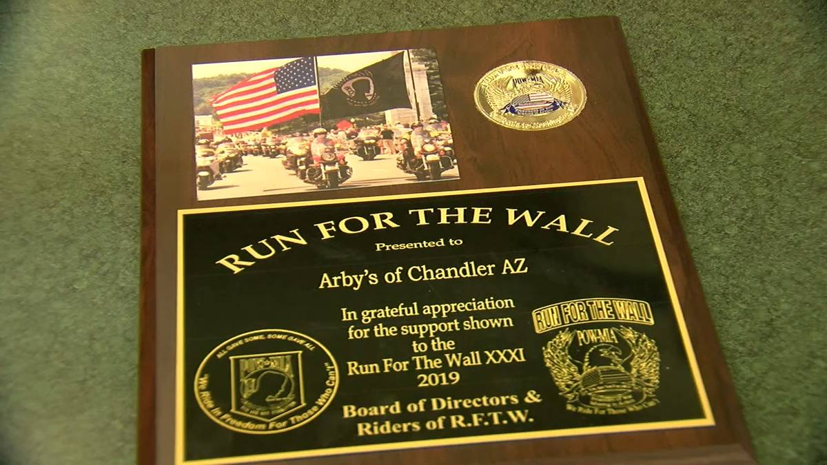 The Chandler Arby's receives a plaque from the veteran organization Run for the Wall.