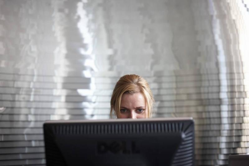 woman-on-computer